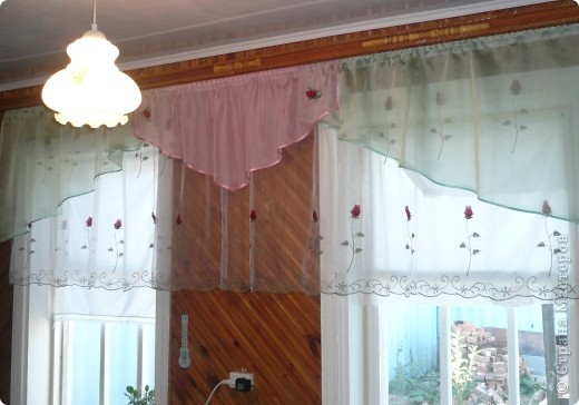 После того как сшила в подарок свекрови занавеску на кухню остались куски вуали. Решено было сделать панно в пару к занавеске. Спасибо огромное мастер-классам, размещённым на сайте. Так рада, что теперь умею плести розы из ткани.  фото 2
