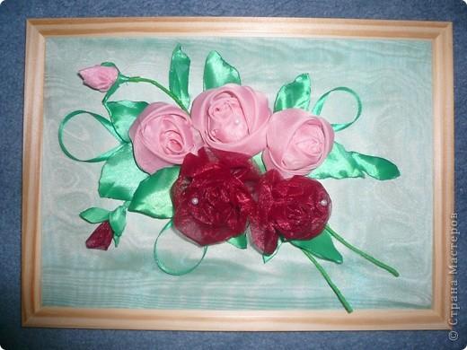 После того как сшила в подарок свекрови занавеску на кухню остались куски вуали. Решено было сделать панно в пару к занавеске. Спасибо огромное мастер-классам, размещённым на сайте. Так рада, что теперь умею плести розы из ткани.  фото 1