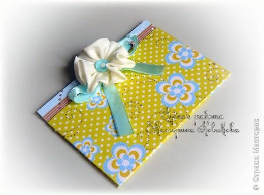 """Чтобы понять смысл этого подарка,сначала пошлю я вас...к одной замечательной мастерице Ольге  http://oolgas.livejournal.com/80715.html?view=968267#t968267 .У себя в блоге она выложила потрясающий рассказ неизвестного автора """"Магазин счастья"""".Спасибо ей огромное за такую идею!!!На всякий случай публикую его у себя.Итак,поехали...  Магазин Счастья Понедельник – день тяжёлый, и слава Богу, что он когда-нибудь заканчивается. Я тащилась с работы, на душе было примерно так же, как и на небе – хмуро, пасмурно и слякотно. Моросил нудный мелкий дождик, который логично довершал безрадостный день. В довершение всего, когда я свернула на улицу, ведущую к родному дому, оказалось, что пройти невозможно – улица была перекрыта, там вовсю кипели ремонтные работы. Дорожники заботливо натянули цветную ленту и повесили табличку: «Выхода нет». Хотя, собственно, и входа тоже не наблюдалось. Это было жестоко: слева – длиннющий забор школы, справа – забор поликлиники. Оставалось только выбрать – налево или направо. Я мысленно чертыхнулась и поплелась вокруг школы. Никогда я не ходила такой кривой дорожкой. И поэтому никогда не видела этого магазинчика. Он был расположен в торце обычного жилого дома, а название его сразу поразило моё воображение: он назывался Магазин Счастья. «Интересно, что может продаваться в таком магазине?», – зачарованно подумала я. В это время дождик брызнул с удвоенной силой, поэтому я с облегчением нырнула в магазинчик. Дверь мягко закрылась за мной, и мелодичный звон колокольчика вызвал вибрацию где-то во мне, в самой глубине. Словно кто-то там засмеялся. И от этого родилось какое-то радостное волнение, будто вот-вот должно было случиться что-то приятное. Войдя, я невольно остановилась. Честно говоря, я оказалась в некотором замешательстве. Магазинчик был какой-то странный и больше всего напоминал запущенный склад, полный разного хлама. Между стеллажами и прилавками, трогая и рассматривая разный товар, бродили покупатели. И царило какое-то радостное оживление. К вы"""