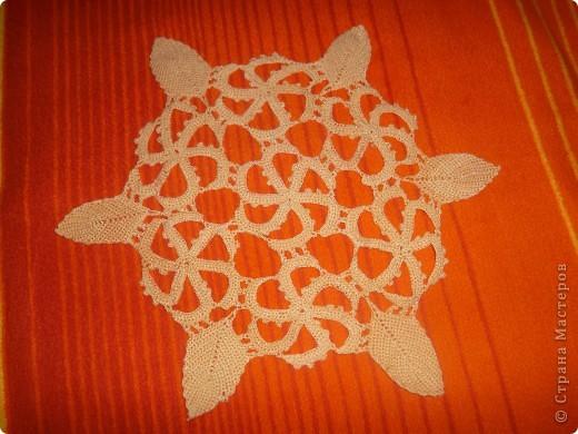 Салфетка круглая. Вяжется из отдельных элементов,которые соединяются в процессе вязки.Размер и форма по желанию. фото 1