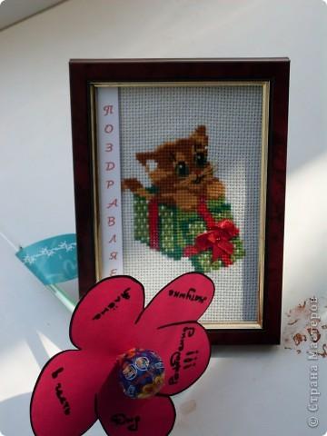 Вот такой небольшой подарок-сюрприз будет вручен молодой женщине в честь Дня Рождения: котенок - вышивка крестом, оформленная в рамку и цветочек с конфеткой вместо сердцевинки. фото 1