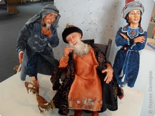 Здесь представлена часть фотографий коллекционных и художественных кукол. Выставка проходит совместно с выставкой кукол театра Сергея Образцова. Куклы изготовили разные мастера в различной технике. Вот уж поистине у них ЗОЛОТЫЕ РУКИ!!! Смотрите - наслаждайтесь! Хорошего Вам просмотра. фото 2
