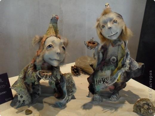 Здесь представлена часть фотографий коллекционных и художественных кукол. Выставка проходит совместно с выставкой кукол театра Сергея Образцова. Куклы изготовили разные мастера в различной технике. Вот уж поистине у них ЗОЛОТЫЕ РУКИ!!! Смотрите - наслаждайтесь! Хорошего Вам просмотра. фото 4