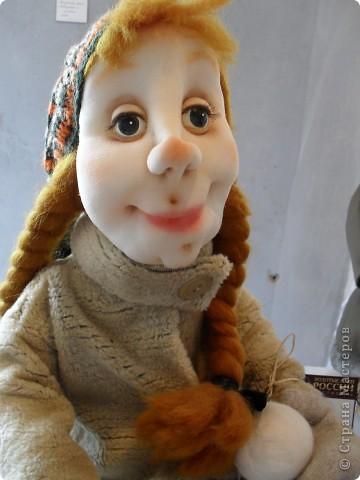 Здесь представлена часть фотографий коллекционных и художественных кукол. Выставка проходит совместно с выставкой кукол театра Сергея Образцова. Куклы изготовили разные мастера в различной технике. Вот уж поистине у них ЗОЛОТЫЕ РУКИ!!! Смотрите - наслаждайтесь! Хорошего Вам просмотра. фото 8