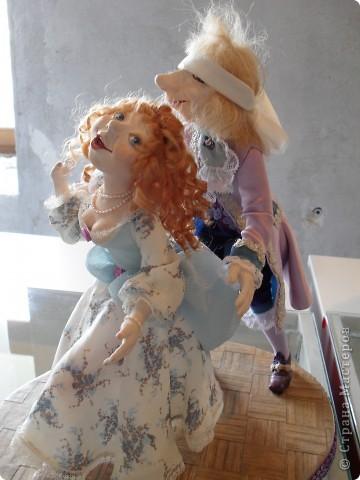 Здесь представлена часть фотографий коллекционных и художественных кукол. Выставка проходит совместно с выставкой кукол театра Сергея Образцова. Куклы изготовили разные мастера в различной технике. Вот уж поистине у них ЗОЛОТЫЕ РУКИ!!! Смотрите - наслаждайтесь! Хорошего Вам просмотра. фото 9