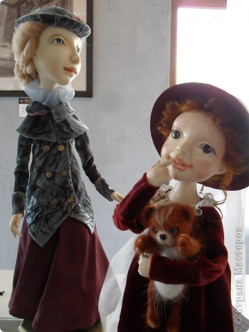 Здесь представлена часть фотографий коллекционных и художественных кукол. Выставка проходит совместно с выставкой кукол театра Сергея Образцова. Куклы изготовили разные мастера в различной технике. Вот уж поистине у них ЗОЛОТЫЕ РУКИ!!! Смотрите - наслаждайтесь! Хорошего Вам просмотра. фото 10