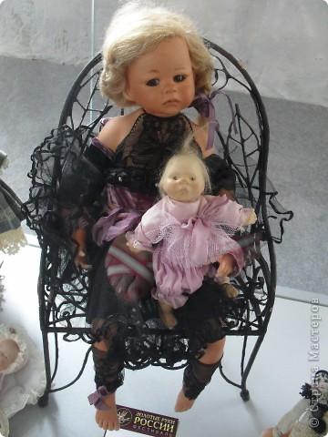 Здесь представлена часть фотографий коллекционных и художественных кукол. Выставка проходит совместно с выставкой кукол театра Сергея Образцова. Куклы изготовили разные мастера в различной технике. Вот уж поистине у них ЗОЛОТЫЕ РУКИ!!! Смотрите - наслаждайтесь! Хорошего Вам просмотра. фото 11