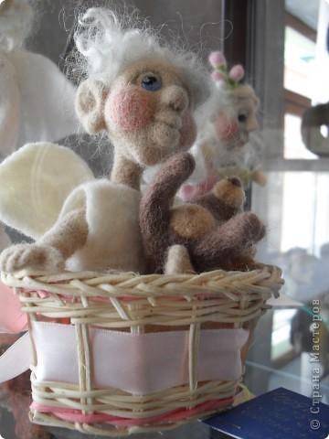 Здесь представлена часть фотографий коллекционных и художественных кукол. Выставка проходит совместно с выставкой кукол театра Сергея Образцова. Куклы изготовили разные мастера в различной технике. Вот уж поистине у них ЗОЛОТЫЕ РУКИ!!! Смотрите - наслаждайтесь! Хорошего Вам просмотра. фото 12