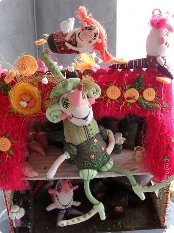Здесь представлена часть фотографий коллекционных и художественных кукол. Выставка проходит совместно с выставкой кукол театра Сергея Образцова. Куклы изготовили разные мастера в различной технике. Вот уж поистине у них ЗОЛОТЫЕ РУКИ!!! Смотрите - наслаждайтесь! Хорошего Вам просмотра. фото 14