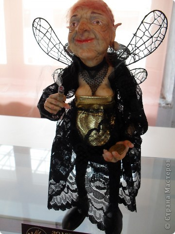 Здесь представлена часть фотографий коллекционных и художественных кукол. Выставка проходит совместно с выставкой кукол театра Сергея Образцова. Куклы изготовили разные мастера в различной технике. Вот уж поистине у них ЗОЛОТЫЕ РУКИ!!! Смотрите - наслаждайтесь! Хорошего Вам просмотра. фото 22