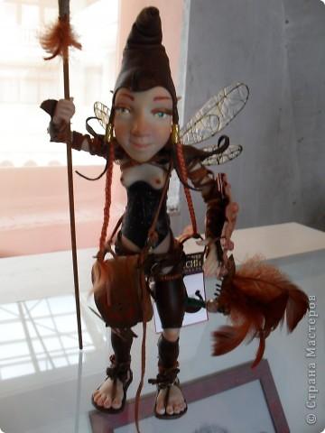 Здесь представлена часть фотографий коллекционных и художественных кукол. Выставка проходит совместно с выставкой кукол театра Сергея Образцова. Куклы изготовили разные мастера в различной технике. Вот уж поистине у них ЗОЛОТЫЕ РУКИ!!! Смотрите - наслаждайтесь! Хорошего Вам просмотра. фото 23