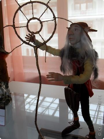 Здесь представлена часть фотографий коллекционных и художественных кукол. Выставка проходит совместно с выставкой кукол театра Сергея Образцова. Куклы изготовили разные мастера в различной технике. Вот уж поистине у них ЗОЛОТЫЕ РУКИ!!! Смотрите - наслаждайтесь! Хорошего Вам просмотра. фото 24