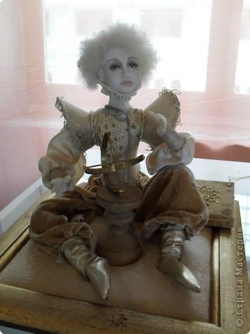Здесь представлена часть фотографий коллекционных и художественных кукол. Выставка проходит совместно с выставкой кукол театра Сергея Образцова. Куклы изготовили разные мастера в различной технике. Вот уж поистине у них ЗОЛОТЫЕ РУКИ!!! Смотрите - наслаждайтесь! Хорошего Вам просмотра. фото 25