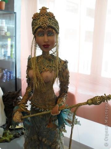 Здесь представлена часть фотографий коллекционных и художественных кукол. Выставка проходит совместно с выставкой кукол театра Сергея Образцова. Куклы изготовили разные мастера в различной технике. Вот уж поистине у них ЗОЛОТЫЕ РУКИ!!! Смотрите - наслаждайтесь! Хорошего Вам просмотра. фото 26