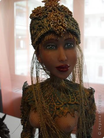 Здесь представлена часть фотографий коллекционных и художественных кукол. Выставка проходит совместно с выставкой кукол театра Сергея Образцова. Куклы изготовили разные мастера в различной технике. Вот уж поистине у них ЗОЛОТЫЕ РУКИ!!! Смотрите - наслаждайтесь! Хорошего Вам просмотра. фото 27