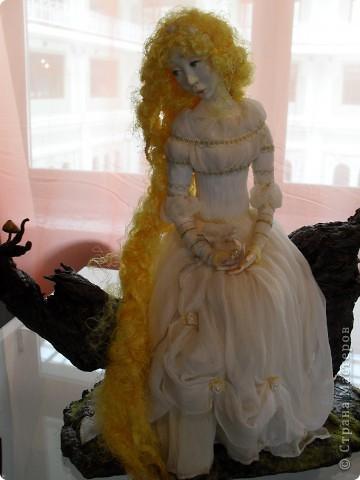 Здесь представлена часть фотографий коллекционных и художественных кукол. Выставка проходит совместно с выставкой кукол театра Сергея Образцова. Куклы изготовили разные мастера в различной технике. Вот уж поистине у них ЗОЛОТЫЕ РУКИ!!! Смотрите - наслаждайтесь! Хорошего Вам просмотра. фото 28