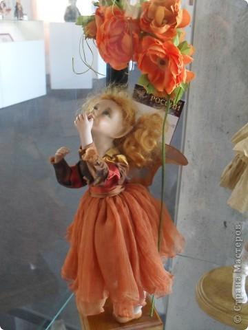 Здесь представлена часть фотографий коллекционных и художественных кукол. Выставка проходит совместно с выставкой кукол театра Сергея Образцова. Куклы изготовили разные мастера в различной технике. Вот уж поистине у них ЗОЛОТЫЕ РУКИ!!! Смотрите - наслаждайтесь! Хорошего Вам просмотра. фото 30
