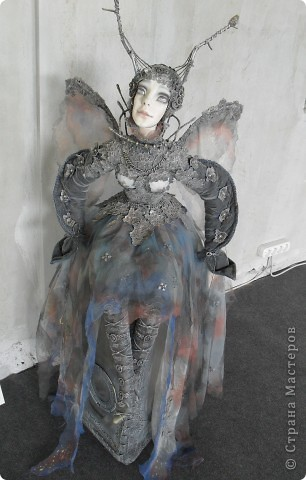 Здесь представлена часть фотографий коллекционных и художественных кукол. Выставка проходит совместно с выставкой кукол театра Сергея Образцова. Куклы изготовили разные мастера в различной технике. Вот уж поистине у них ЗОЛОТЫЕ РУКИ!!! Смотрите - наслаждайтесь! Хорошего Вам просмотра. фото 31