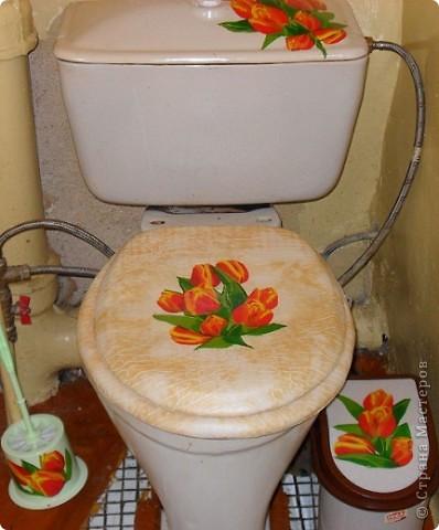 Насмотревшись на декор в Стране Мастеров и я решила хоть как-то украсить невзрачную туалетную комнату. Долго выбирала салфетки, наконец, сделала.  Это крышка бочка унитаза фото 3