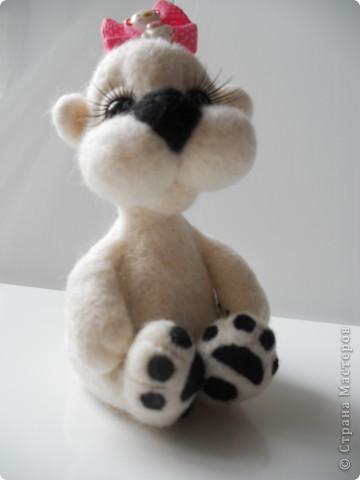 Здравствуйте! Рада, что заши ко мне в гости! У меня новая Валяшечка, нравятся мне такие мишки, копирую их с работ Татьяны Бараковой. На этот раз беленькая. фото 4
