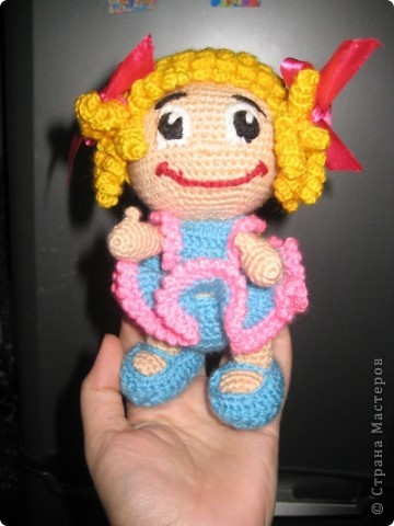 Спасибо большое Марине ( Gelement) за он-лайн и Лене (lenka_kozlova) за авторство,вот наша куклёна.Ох уж и намучалась я фотографировать её,капризница получилась и в жизни она красивее,если чесно...Связана из Семёновского акрила,крючок №2,5 Рост 18см фото 2