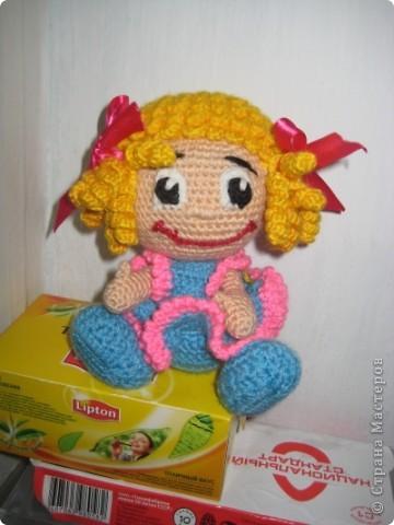 Спасибо большое Марине ( Gelement) за он-лайн и Лене (lenka_kozlova) за авторство,вот наша куклёна.Ох уж и намучалась я фотографировать её,капризница получилась и в жизни она красивее,если чесно...Связана из Семёновского акрила,крючок №2,5 Рост 18см фото 3