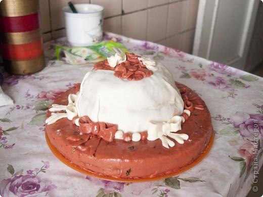 Тортик поодарочек, это первый тортик с украшением мастикой. Обыкновенный бисквит со сливками и вишнями внутри фото 2