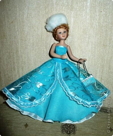 Кукла изначально. Платье не понравилось. Рукава приклеены к ручкам, шов на талии разошелся и торчали нитки. Решила сшить новый наряд. Героиню не выбирала, просто увидела фото куклы в зимнем наряде и очень захотелось сшить что то подобное. фото 3