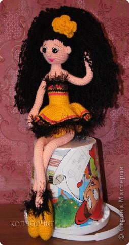 """Рада представить вам балерину Ангелину. Эта жгучая брюнеточка знает толк в прекрасной жизни,неутомимом веселье,музыке и танцах.Она танцует,кружится и заряжает всё вокруг своей энергией. Рост 48см,нитки """"Пехорка"""" акрил.  фото 2"""