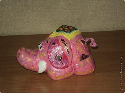 Розовый слоник. Создавался для маминой коллекции слонов, а также - это мой дебют! Попона вышита крестиком на канве. Приклеивала вместе с бисером в самом конце, после покрытия лаком. фото 4
