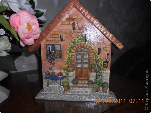 Ключница-очень удобная вещь.Купила деревянную  заготовку.Декупаж -рисовая бумага. фото 3