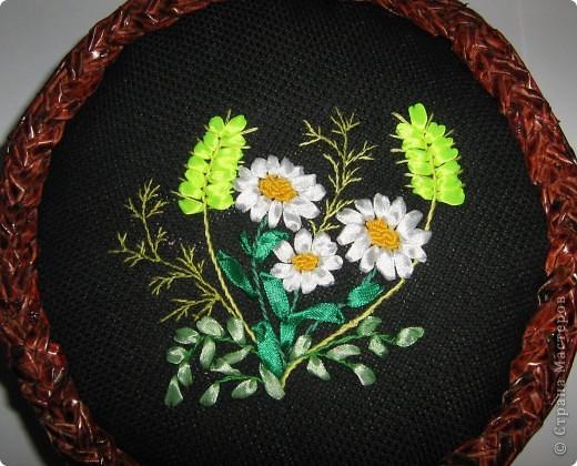 Понравилось оформлять плетенки вышивкой лентами, смотрится нарядно. Плела в 2 трубочки без формы, красила лаком красное дерево в 2 слоя без всяких грунтовок, сразу же, форму держит хорошо, жесткая. фото 2