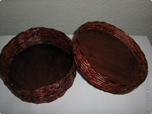 Понравилось оформлять плетенки вышивкой лентами, смотрится нарядно. Плела в 2 трубочки без формы, красила лаком красное дерево в 2 слоя без всяких грунтовок, сразу же, форму держит хорошо, жесткая. фото 4