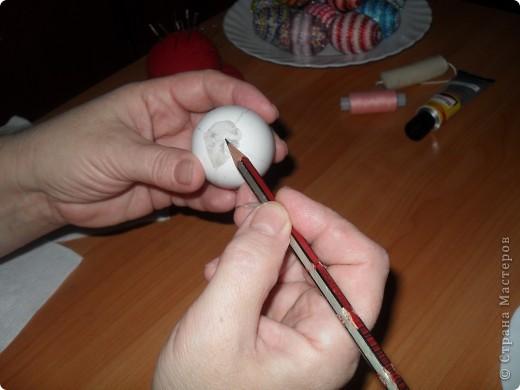 Хочу предложить вам технику оплетения яиц бисером, которая совсем не сложная, яркая и красочная.  Много лет назад увидела ее в каком-то журнале и с тех пор вместе с учениками украшаю яйца к Пасхе.  Попробуйте, это не сложно. фото 13