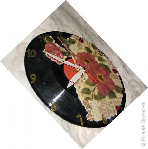 Ну это еще одни часики. делала их просто так - без особой нужды ) Очень хотелось попробовать красивую 3D декупажную карту с золочением. Взяла, как всегда, пластинку, поклеила магнолии как было на инструкции к карте нарисовано, добавила стразины, цифорки и часовой механизм. Стрелочки покрасила золотой краской. Сверху покрыла лаком - вуаля, появились часы ) фото 2