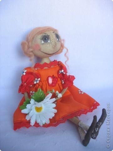 Вот такая куколка родилась у меня для замечательной девушки Наташи. Мариночка пойдёт на День рожденья к Наташке со своей ромашкой!!! фото 1