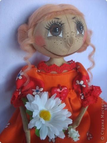 Вот такая куколка родилась у меня для замечательной девушки Наташи. Мариночка пойдёт на День рожденья к Наташке со своей ромашкой!!! фото 7