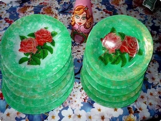 Захотела порадовать своих друзей и сделать веселую посуду.Купила 6 мелких и 6 глубоких стеклянных тарелок.И добавила к ним вазу. фото 7