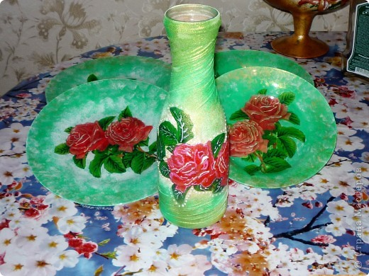 Захотела порадовать своих друзей и сделать веселую посуду.Купила 6 мелких и 6 глубоких стеклянных тарелок.И добавила к ним вазу. фото 8