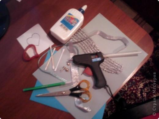 Вам понадобится: Клей ПВА,Термопистолет,ножницы,картон А4,серый и голубой цвет,карандаш,ручка,серебристая лента голубого цвета и серебряного,15см сеточки для украшения подарков(продаётся в местах упаковки подарков)2 сердечка  и 1 ключик(гальваника),кисточка или палочка для клея,цыганская игла или шило,формочка в виде сердечка,линеечка,кристаллики голубого цвета-8 штук,и хорошее настроение))) фото 1