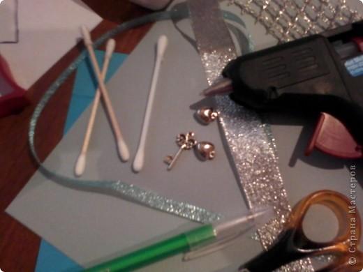 Вам понадобится: Клей ПВА,Термопистолет,ножницы,картон А4,серый и голубой цвет,карандаш,ручка,серебристая лента голубого цвета и серебряного,15см сеточки для украшения подарков(продаётся в местах упаковки подарков)2 сердечка  и 1 ключик(гальваника),кисточка или палочка для клея,цыганская игла или шило,формочка в виде сердечка,линеечка,кристаллики голубого цвета-8 штук,и хорошее настроение))) фото 2
