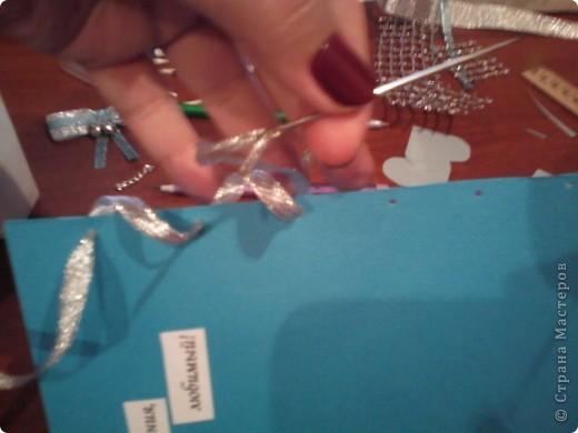 Вам понадобится: Клей ПВА,Термопистолет,ножницы,картон А4,серый и голубой цвет,карандаш,ручка,серебристая лента голубого цвета и серебряного,15см сеточки для украшения подарков(продаётся в местах упаковки подарков)2 сердечка  и 1 ключик(гальваника),кисточка или палочка для клея,цыганская игла или шило,формочка в виде сердечка,линеечка,кристаллики голубого цвета-8 штук,и хорошее настроение))) фото 21