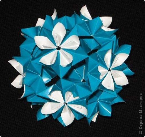 Привет! Увидела у наших мастериц Марины 5 и Поляля эту замечательную модель кусудамы и загорелась сделать ее. Принцип сборки напоминает Petal Globe Томоко Фусе. Кстати, в ЖЖ она тоже появилась, но в других цветах. Спасибо девочкам за ссылки.  Esfera Estrella Flor, автор: Ernesto Del Río Jiménez Видеотуториал на You tube: http://www.youtube.com/watch?v=LmGhmqpf9ds фото 4