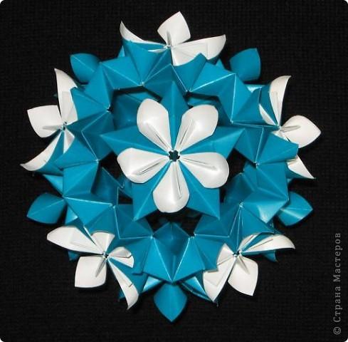 Привет! Увидела у наших мастериц Марины 5 и Поляля эту замечательную модель кусудамы и загорелась сделать ее. Принцип сборки напоминает Petal Globe Томоко Фусе. Кстати, в ЖЖ она тоже появилась, но в других цветах. Спасибо девочкам за ссылки.  Esfera Estrella Flor, автор: Ernesto Del Río Jiménez Видеотуториал на You tube: http://www.youtube.com/watch?v=LmGhmqpf9ds фото 3