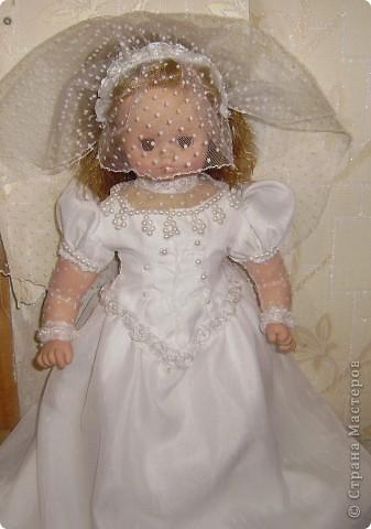 Вот эту куклу я купила моей дочери на день рождение (на 2 года), и тут племянница замуж собралась. попросила нарядить нашу куклу  на свадебную машину. вот и пришлось поменять наряд, смотрите что получилось. буду рада любым коментариям!