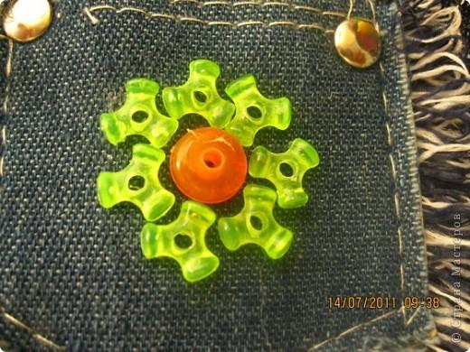 Примерно два года назад подарили девочкам джинсовые сумочки. Девочки подросли и решили немного обновить изделия. фото 2