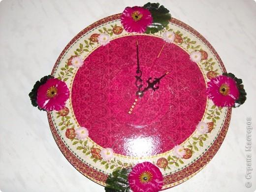 Ну вот, готова часть подарков (даже не половина).  Это часы для золовки (сестра мужа), в ее безумно-маковую кухню. Вношу свою лепту в интерьер самого посещаемого места в квартире. фото 1
