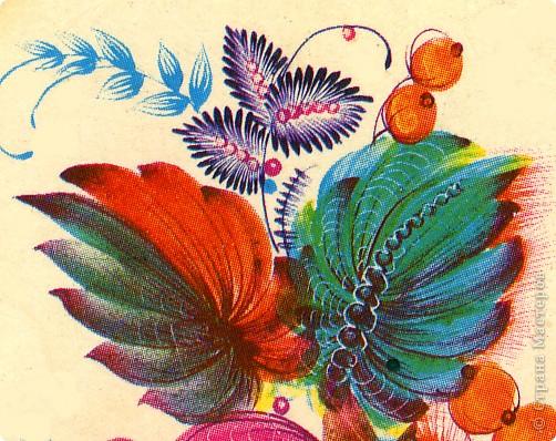 """Листья в петриковской росписи очень разнообразны, как и в природе, но не натуралистичны, а декоративны. Различаются они по форме, цветовой гамме, способам выполнения и """"оживления"""". Под """"оживлением"""" понимается оформление листка или цветка более мелкими деталями, то есть его украшение, доведение декоративности до совершенства.  Здесь есть каноны, но каждый мастер может применить свой прием оживления деталей рисунка.    Известны три основных вида листьев. 1.Многозубчатый овально-удлиненной формы.  2.Кленовый или виноградный лист.  3.Лист папоротника (акантовый).    Первый вид является наиболее распространенным. Выполняется он следующим образом : на круглую кисть набирается 2 оттенка или цвета (см. подробнее о переходном мазке в""""Секретах росписи"""",часть 1) и проводится центральный удлиненный мазок ( его направление зависит от места в композиции). Этот мазок может быть прямым или с поворотом, как в нашем примере. Последующие (также переходные) мазки рисуются поочередно с одной и другой стороны, придавая изображению форму листка. Середина его, как видно, оживлена более темным цветом при помощи кошачьей кисточки.Другой очень распространенный прием оживления - процарапывание центрального контрастного мазка острым концом древка кисти или чем-нибудь другим (деревянной зубочисткой, например). фото 4"""