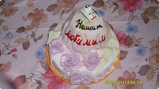 Это мой первый тортик с мастикой. Опыт нужно сказать не удался... Мастика получилась липкой,ломкой,быстро сохла (наверное много сах.пудры) С цветом тоже намудрила -все блеклое, а уж про то как ее натягивать на торт - вообще понять не могла. Думаю в следующий раз будет лучше фото 2