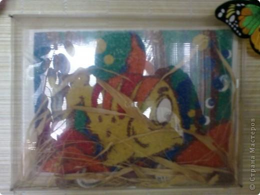 Рыбка из цветного песка фото 1